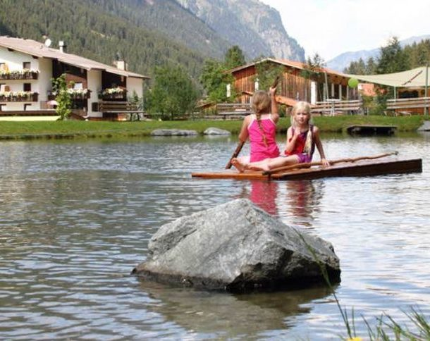 hotel stillebach mit badesee und kindern im see