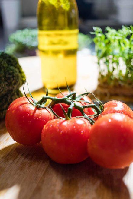 Tomate-mit-Olivenöl