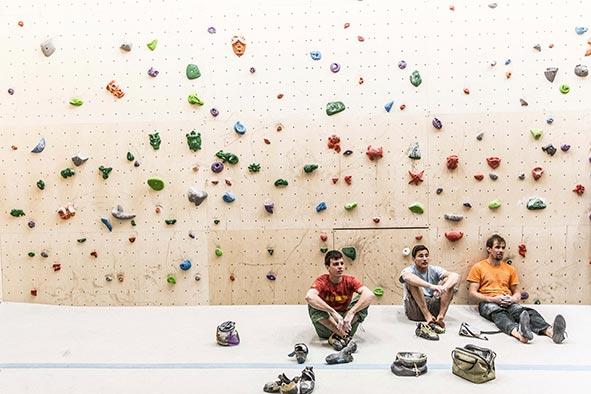 kletterer-sitzen-im-boulderstadl