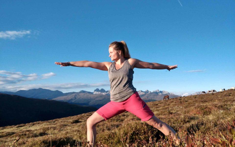 Frau macht Yoga in den Bergen