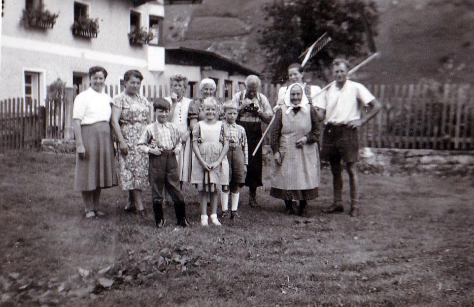 Die Großfamilie bei der Feldarbeit