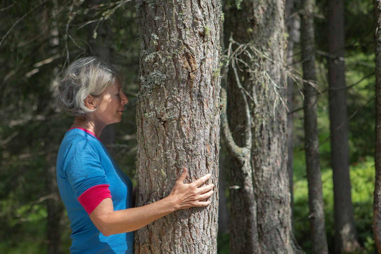 Waldbaden Frau mit Baum