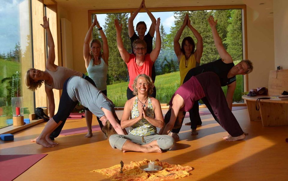 Gruppe macht Yoga